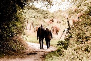 Pár seniorov na prechádzke